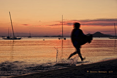 beach running (Eduardo Mascagni) Tags: life light sunset sea summer espaa color luz beach clouds canon contraluz landscape atardecer eos mar spain rojo sand agua mediterranean child estate horizon playa paisaje colores murcia cielo nubes acqua riflessi spiaggia paesaggio lamangadelmarmenor mediterrneo spagna horizonte backlighting reflejos reflects orizzonte mascagni 2011 40d mygearandme eduardomascagni
