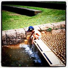 パンイチで水遊び中