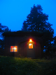 Sommernatt p sen (Jan Egil Kristiansen) Tags: door light house tree window lamp night forest cottage hytte stue summernight sodroof torvtak utelampe img5651 sen