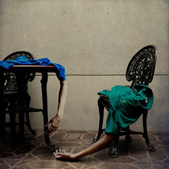 uneven vortex (Carlos Castañeda') Tags: blue light portrait vortex green wall shirt table shadows hand arms chairs surrealism carlos faceless conceptual uneven texturesbylesbrumes