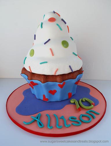 2011-08 Giant Cupcake Cake