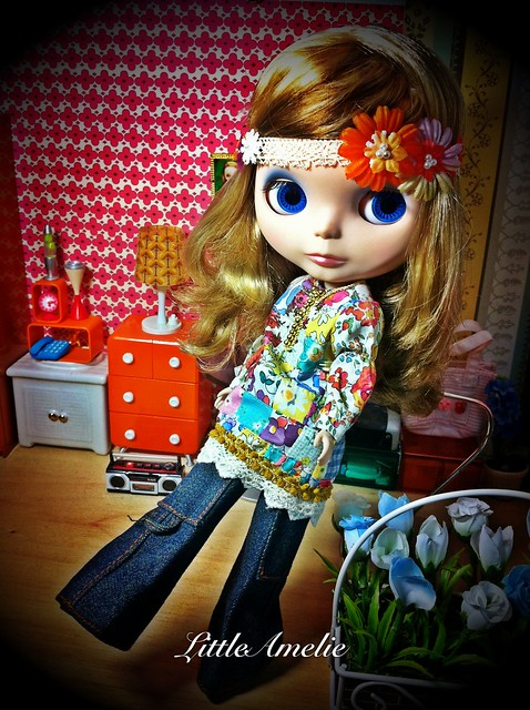 A Blythe a day 241: The hippie girl enjoy with the Beatles song in her room!