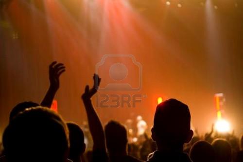 552161-concierto-de-m-sica-cristiana-con-plante-las-manos-con-una-persona-en-el-centro-de-palmas