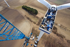 Opened Vestas V44 nacelle at windfarm Simonsfeld, Austria (Rockenbauer K.) Tags: ltm sky brown tower windmill train drive austria sterreich energy open power wind box crane energie wing himmel gear generator electricity blade braun blatt turm hansen windrad kran 1500 strom welle grue components windfarm renewable windenergy rotor gondel telescopic nacelle teleskop liebherr windmhle elektrizitt flgel windpark geffnet windenergie maschinenhaus offen eolienne vestas getriebe kupplung warningstripes v44 komponenten felbermayr erneuerbar winergy simonsfeld warnmarkierung