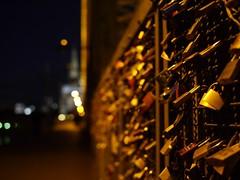 Liebesschlösser bei Nacht / Love padlocks