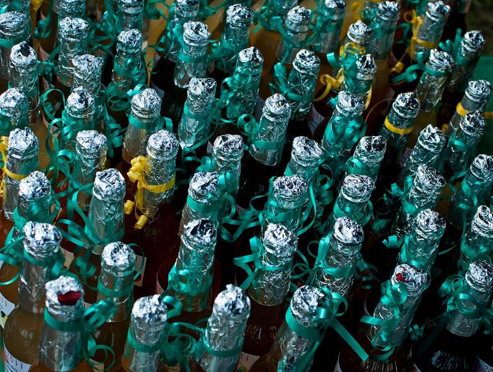 Cientos de botellas de licor de diferentes frutas son vistas en varios stands del Festival de la frutilla en Estanzuela, Itauguá. En estas ferias se aprovecha la oportunidad para que los visitantes conozcan la capacidad de producción de los pobladores de Estanzuela, a través de licores de alta calidad hechos con las frutas más conocidas como frutillas, naranjas, duraznos y cacao.(Elton Núñez)
