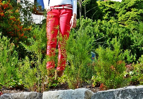 how to wear red colored jeans