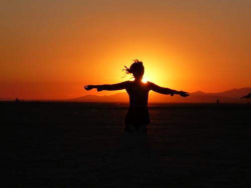 [フリー画像] 人物, 女性, 人と風景, 夕日・夕焼け・日没, シルエット, 201109160100