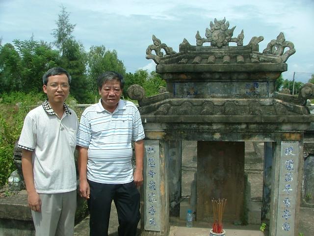 Ông Trương Quốc Bình- Thạc sĩ Trần Thành (Cục Di sản) trước lăng mộ Thượng thư Trương Công Hy