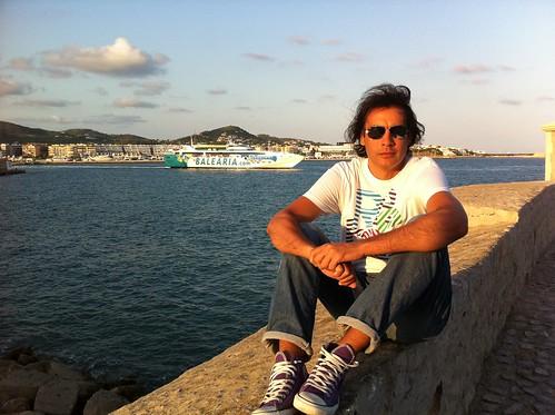 Con el puerto de Ibiza al fondo