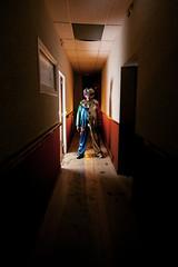 Fais pas le clown, Papa ! (brutart) Tags: portrait black strange dark model nikon clown bordeaux string amateur burlesque 1020 obscure urbex d300 10mm modle contemporain gironde brutart bizare strobist dcal