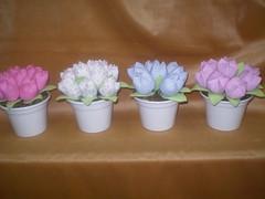 P1010315 (viviane venancio) Tags: tulipas decoração tecidos fadas centrodemesa cachepo lembrançinha bonecafada