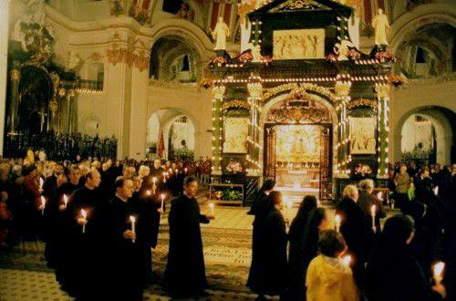 Procesion con velas alrededor de la Capilla de Gracia