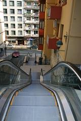 Foto frontal de escalera y rampa