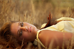 Whispers (Malia Len ) Tags: woman beauty yellow canon gold golden mujer calm malia whispers calma plumas tranquilidad tumbada susurros malialeon