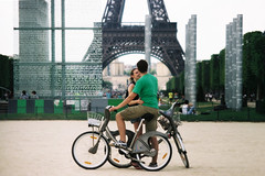 Champ de Mars (Airicsson) Tags: urban love bicycle vintage kiss couple fuji minolta toureiffel champdemars romantic vlo srt101 160c velib