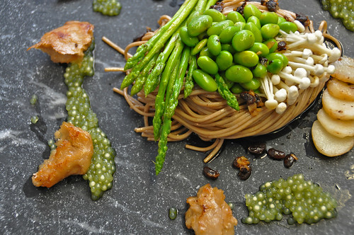 Paul Bom's Black Bean Soba met parels van matcha thee