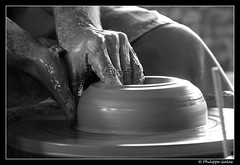 Monter la terre - naissance d'une forme (photons_93) Tags: blackandwhite bw france hands noiretblanc potter nb clay terre pottery mains bourgogne  argile poterie cration 2011  potier puisaye  stamandenpuisaye