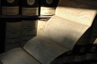 Una pergamena utilizzata durante le visite in archivio