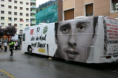 Vista exterior del autobus estacionado en la calle Zubiaurre