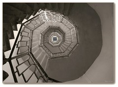 L'espoir... (afer92 (on and off)) Tags: lighthouse lake como stairs spiral italia lac phare lombardia escalier italie octagon volta aout spirale lagodicomo lombardy brunate lombardie 2011 7488 laghiitaliani octogone smaurizio lacdecme lacsitaliens gabrielegiussani lacitaliens voltaniofaro