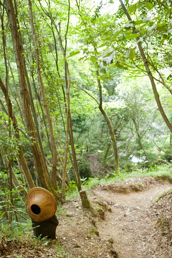 鶏鳴の滝(道中にある信楽焼)|滋賀県甲賀市