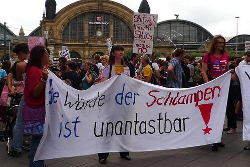 Slutwalk Aufstellung vor dem Hauptbahnhof Frankfurt. August 2011