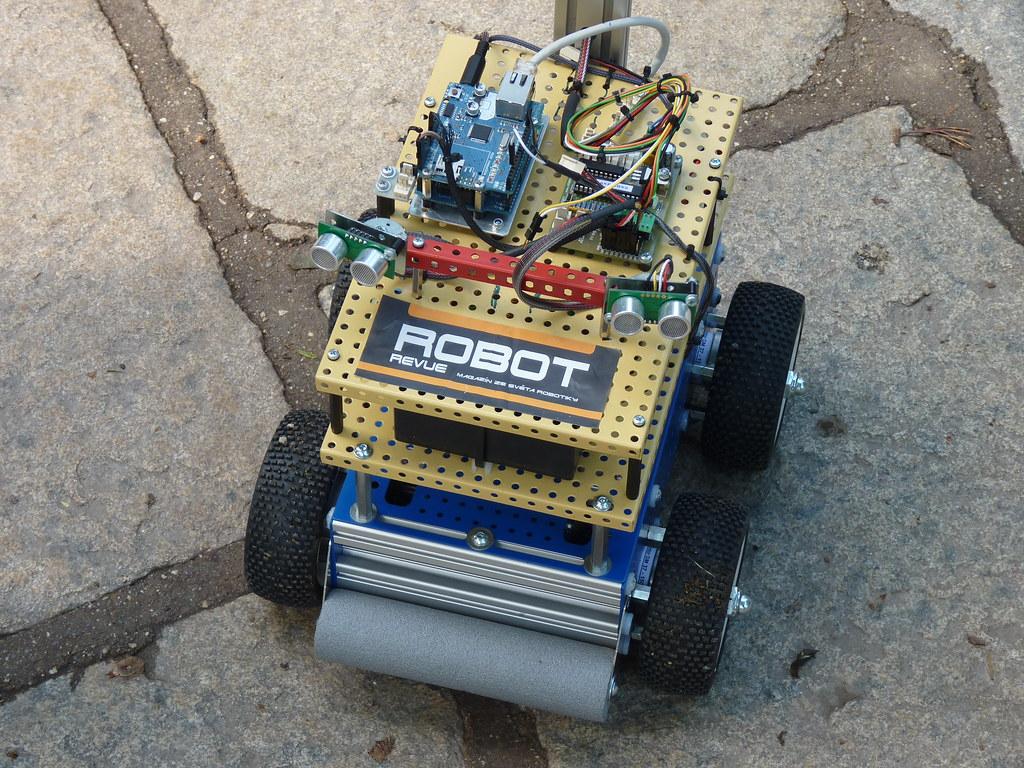 Vrchní pohled na elektroniku robota,