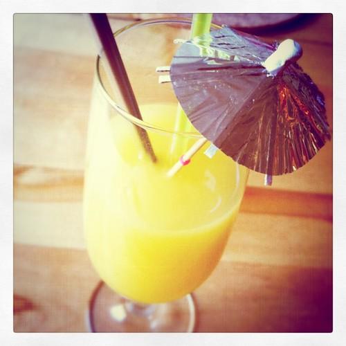 Fin frukost = Proviva,vinglas,paraply och två sugrör.