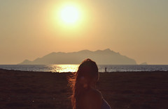 Vento di fine estate (Joeyful~) Tags: sunset sea girl tramonto mare sicilia ragazza favignana egadi