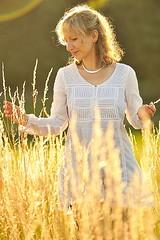 Blhendes Gras (Nettegrafie) Tags: person europa sonnenuntergang sommer natur wiese himmel blond gras ausflug grn frau lachen landschaft bume freizeit schmuck profil strauss farben gegenlicht lcheln schnheit idylle bluse abendsonne umwelt haare kette glcklich weit entspannung erholung frhlich genuss lebenslust gemtlichkeit blhend lebensfreude ohrring einzeln zufriedenheit sorglos blendenfleck sympathie tunika