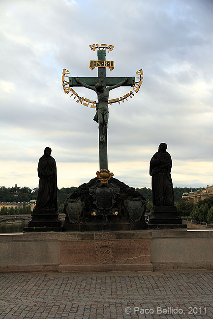 Crucifijo en el Puente de Carlos. © Paco Bellido, 2011