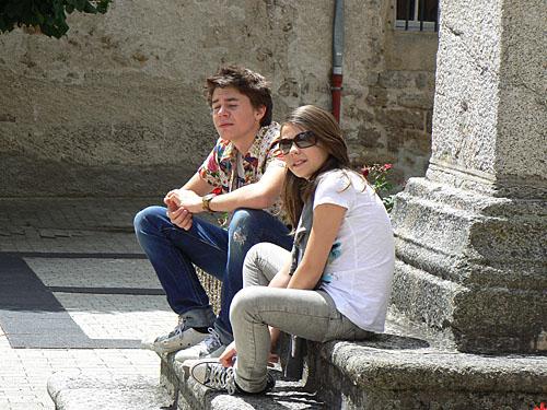 paul et Zoé devant l'église.jpg