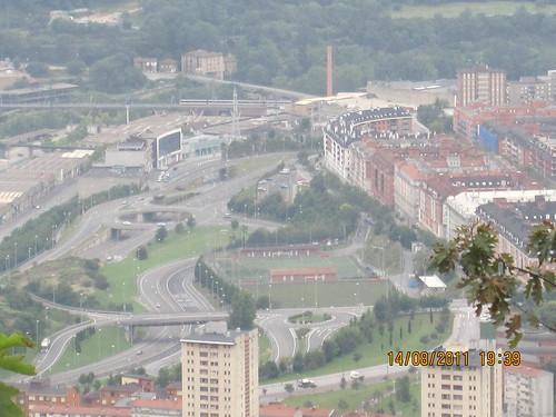 Mirando a Otxarkoaga-Ibarzuzi, y el Metro en superficie hacia chimenea de BOLUETA