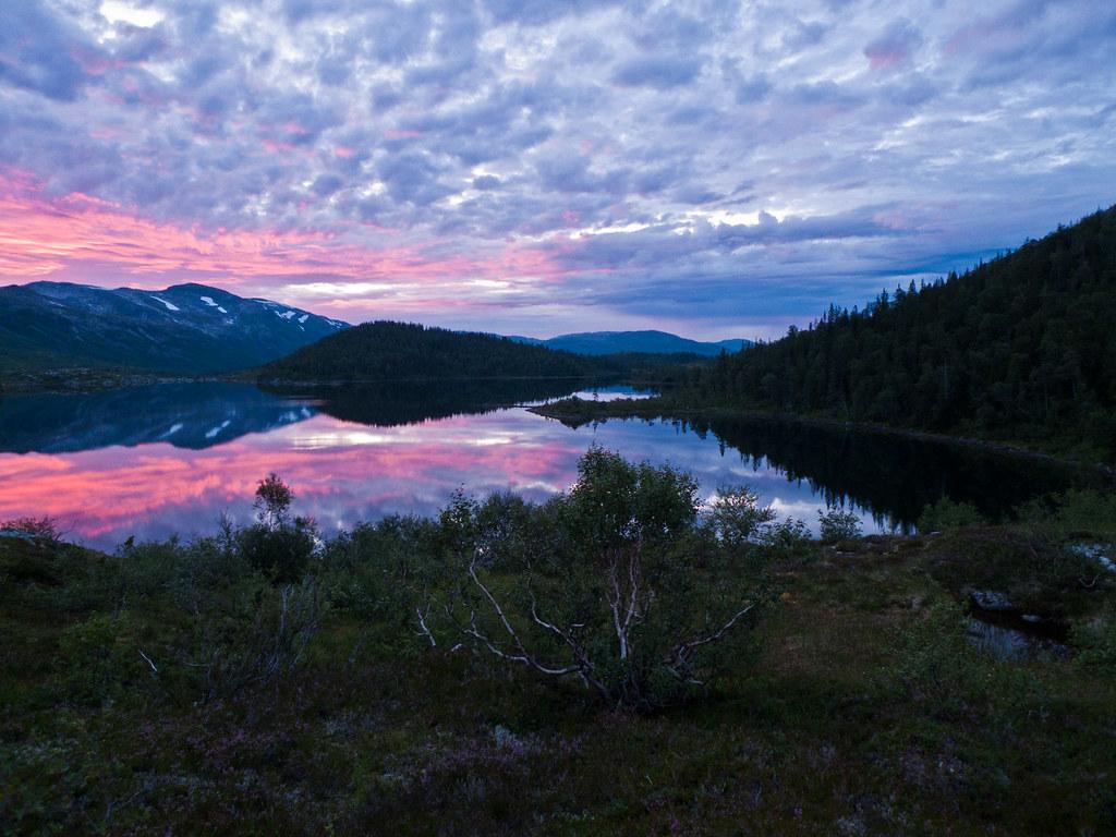 Sommernatt ved sørenden av Storvatnet i Skjørlægda