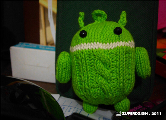 """android 2.0 at my """"clean"""" desk"""