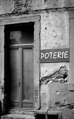 Poterie (Karsten Hansen) Tags: door travel bw france frankreich porte tr geschft poterie tpferei pentaxk10d schawrzweiss karstenhansen karhan blancetnoirsw