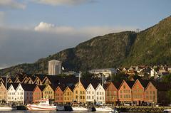 Bryggen at sunset (elosoenpersona) Tags: old houses sunset norway noruega bergen bryggen casitas norwegia elosoenpersona