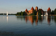 Trakai (Prinz Wilbert) Tags: red lake reflection brick rot castle see evening abend boat day sailing clear sail spiegelung lithuania segelboot wasserburg reflektion segel backstein litauen