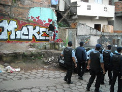 ALTA TENSION (Cachai o no cachai?) Tags: rio de graffiti do janeiro morro policia careta cantagalo