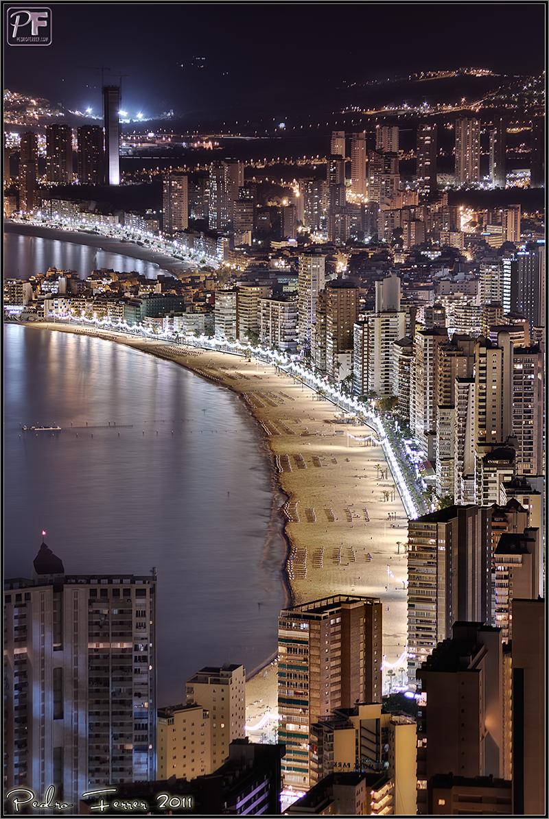 Benidorm-playa-levante-nocturna-vertical