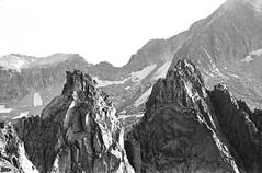 Agujas Tchihacheff (3.052 m) y Franqueville (3.069m)  - Needles Tchihacheff (3.052 m) & Franqueville (3.069m) (Àlex MF) Tags: park leica parque bw españa mountain byn monochrome monocromo spain huesca natural rangefinder aragon mp alpinismo pirineos cresta alpinism montañismo aneto telemetrica llosas maladeta crencha pyreneesmontaña