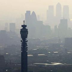 從倫敦BT塔四周望去,整個城市籠罩在煙霧之下。圖片節錄自;英國衛 報報導/ Mike Hewitt。