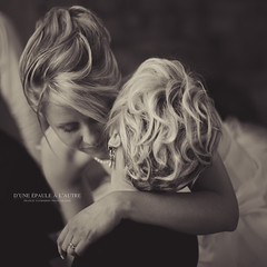 D'une paule  l'autre (Franck Tourneret) Tags: wedding love nikon married daughter mother amour mariage shoulder fille complicity tenderness tendresse complicit mre marie paules d700