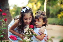 (osky_toxic) Tags: flowers girls roses portrait blur flores cute kids fun kid funny child retrato joy nios cutie enjoy smell desenfoque chicas lovely nias rosas chicos diversion divertido smelling olor oliendo adorables oskytoxic