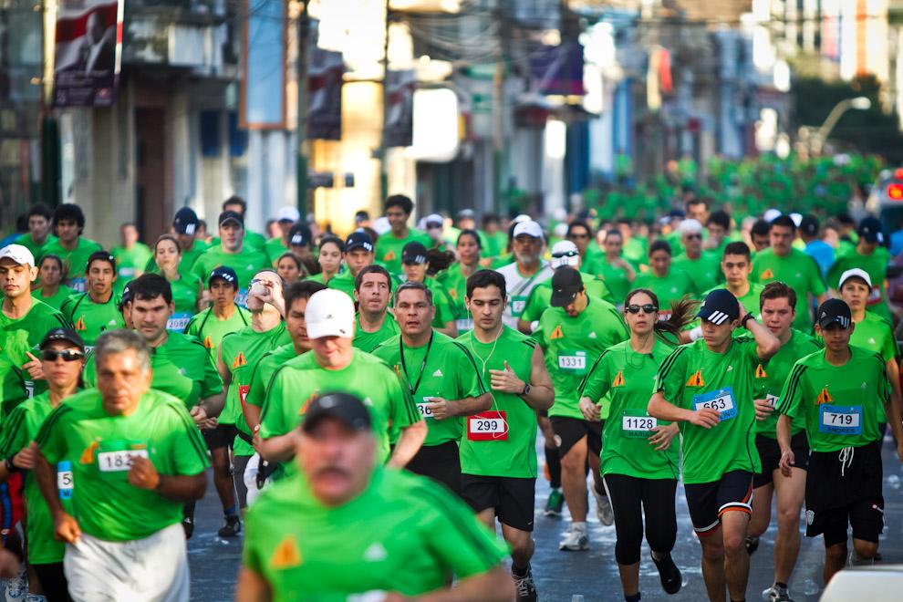 Las céntricas calles de Asunción se tiñeron de verde con los corredores, que desde tempranas horas del domingo empezaron el recorrido en esta justa deportiva. (Tetsu Espósito)