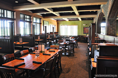 Dining Room at Houlihan's ~ Eagan, MN