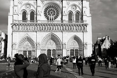Notre Dame, Paris (bm^) Tags: people bw sun paris france church soleil blackwhite nikon cathedral zwartwit notredame frankrijk notre dame zon kerk eglise parijs kathedraal mensen d90 chatdrale nikond90