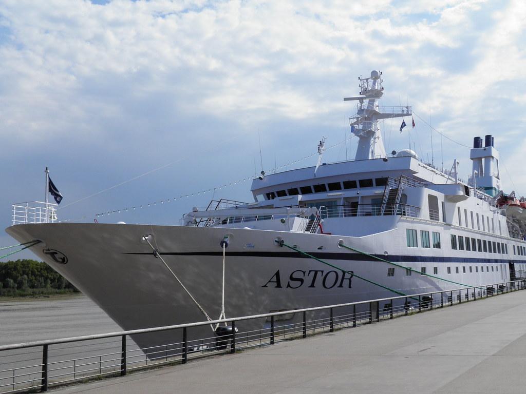 Paquebot Astor dans le port de Bordeaux - P9150080