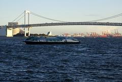 レインボーブリッジと水上バス「ヒミコ」